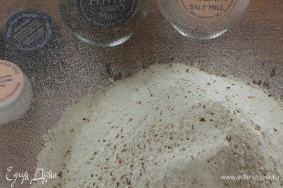 Смешиваем молотые имбирь, корицу, кардамон, гвоздику и соду. Я еще от себя добавила щепотку розовой гималайской соли и щепочку смеси из пяти перцев. Просеиваем к специям муку.