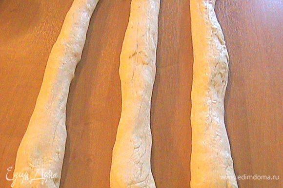 Готовое тесто делим на части, из которых скатываем жгуты. Привожу два варианта плетения. Один простой, а другой - немного сложнее, но интересней. Вариант №1 Тесто делим на три части и скатываем из них жгуты длиной 35 см.
