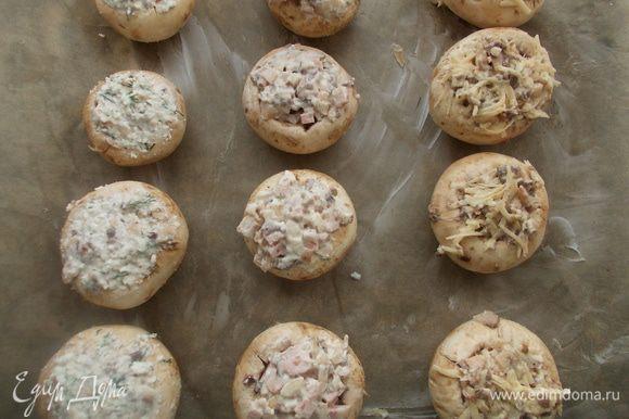 Выложить грибочки на высланный пергаментом противень и поставить в разогретую духовку 200С на 30-35 минут.