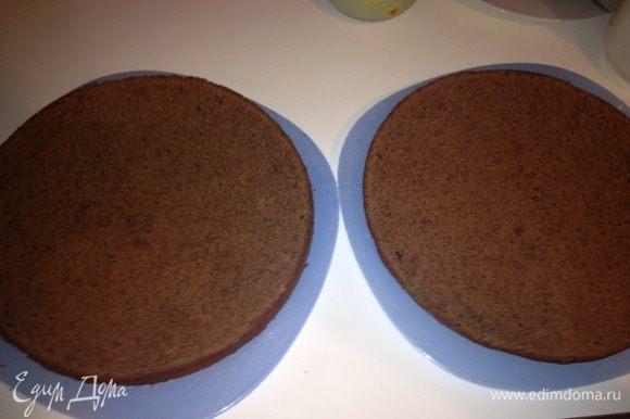 Готовый торт достать из духовки и ГОРЯЧИМ разрезать на 2 равных коржа.