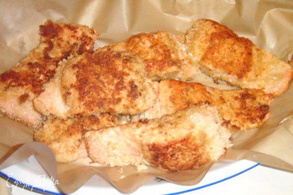 Рыбу порезать на порц. куски, каждый кусок обмакнуть в яйце, затем в пан.сухарях и обжарить с двух сторон. Подавать рыбку можно как в тёплом, так и в холодном виде.