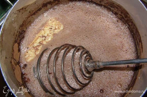 В молоко положить сахар, масло, какао, все довести до кипения, слегка остудить.