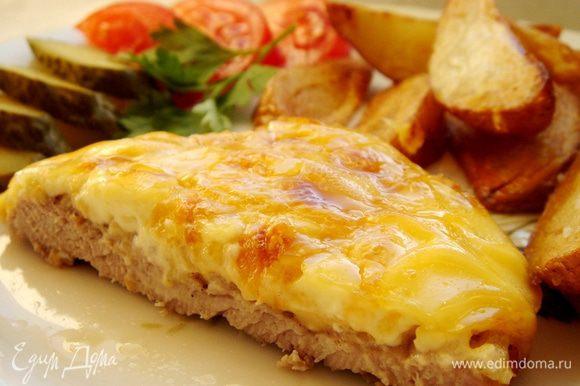 Запекать мясо при 180*С до золотистой корочки. Подать с жареным или печёным картофелем и соленьями. Приятного аппетита!