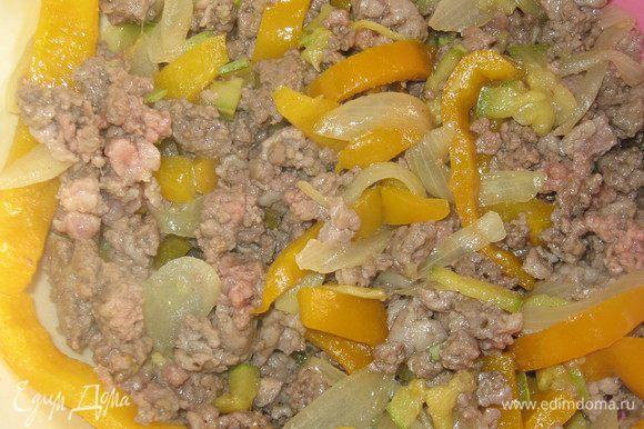 Перец, цукини и лук обжарить в оливковом масле и выложить. В оставшемся масле обжарить мясо. Приправить его черным перцем, солью, паприкой, прованскими травами и смешать с овощами.