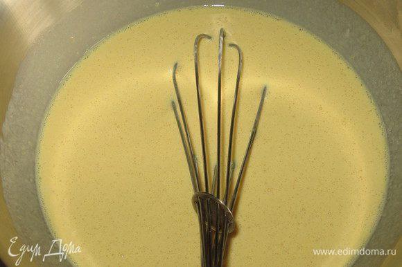 Взбить яйца. Сливки смешать с молоком, добавить томатную пасту и подмешать яйца. Посолить, поперчить и тщательно перемешать.