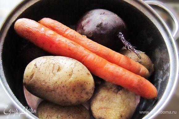 Тщательно помыть и отварить картофель, морковь и свеклу до готовности.