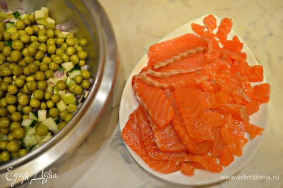 В глубокой емкости соединить все овощи, кроме свеклы. Добавить зеленый горошек. Слабосоленого лосося нарежьте пластинами, затем — на небольшие кубики и также добавьте к овощам.