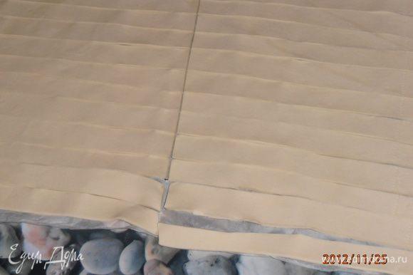слоенное тесто порезать на тонкие полоски