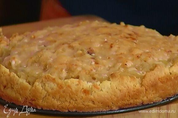 Готовый пирог остудить, вынуть из формы и подавать.