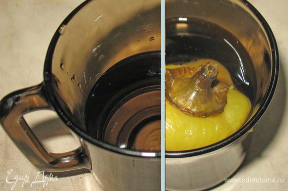 В стакане смешиваем уксус с водой в равных пропорциях и окунаем туда наш перец. В идеале приготовить маринад и на ночь поместить в него наш перец.