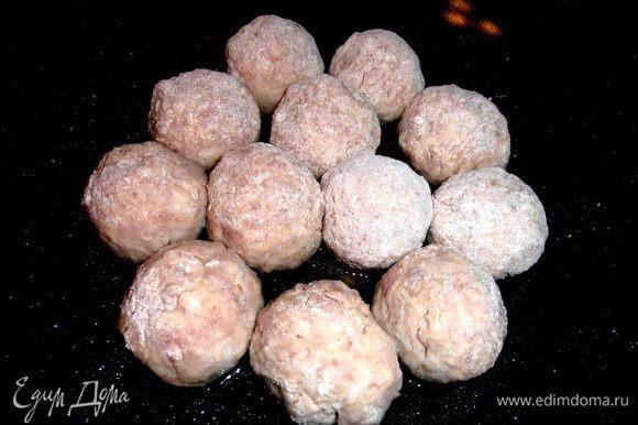 Сформировать котлетки-шарики,обваляв в муке,и выложить в разогретое масло в сковороду с высокими бортами(у меня типа ВОК)