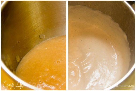 Грушевое суфле: Груши почистить, порезать на кусочки и пюрировать блендером. Всыпать в пюре сахар, лимонную кислоту, ванилин, желатин, перемешать и оставить минут на 10, чтоб желатин набух. Через 10 минут нагреть пюре, но не доводить до кипения. Перелить пюре в миску, и начинать взбивать. Через 10 минут взбивания всыпать соду (масса побелеет) и продолжать взбивать еще 10 минут. Пюре превратиться в воздушную пену и увеличится в объеме в несколько раз. Да, взбивать нужно именно столько, сколько указано по времени, иначе у Вас не получится нужный объем.