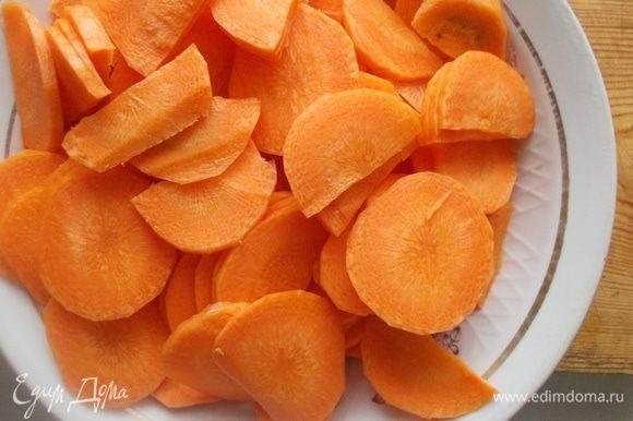 Морковь порезать колечками.