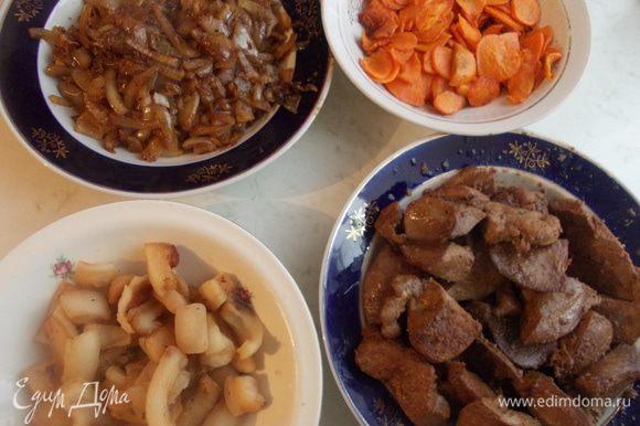 Все подготовленные продукты потушить. Начать с сала, затем на этом жиру приготовить печень. После лук и морковь. Все остудить и два раза перемолоть на мясорубке.