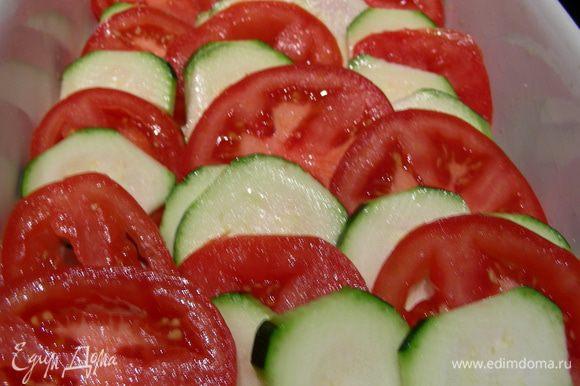 Выкладываем овощи по очереди в смазанную форму.
