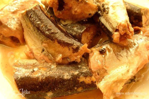Рыбу из консервов разобрать на небольшие кусочки,удалить косточки и выложить рыбу и жидкость из консервов в суп. Посолить,добавить все специи,измельчённый укроп и варить суп ещё минут 5-7. Приятного аппетита!