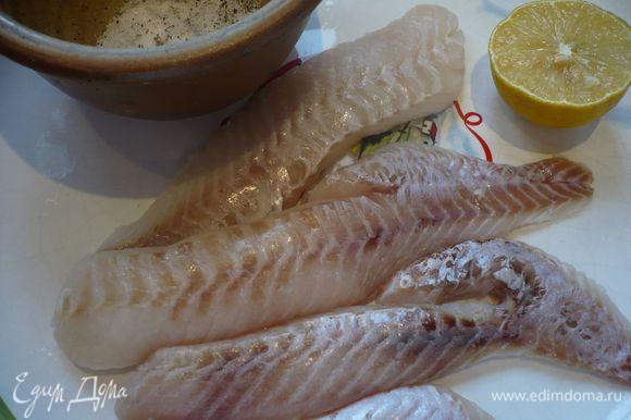 Маринуем рыбу. Хорошо смазываем ее солью и перцем, сбрызгиваем соком половинки лимона. Ставим в холодильник.