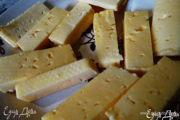 Твердый сыр нарезать брусочками.