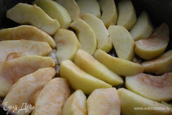 Сверху на лук выкладываем яблоки.