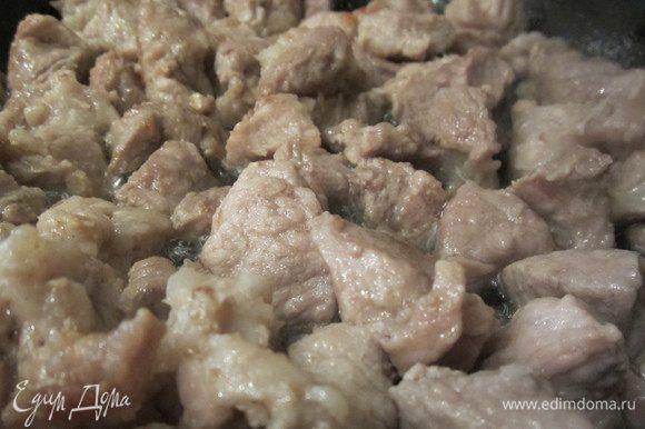 Мясо порежем на кусочки и обжарим его до золотистого цвета.