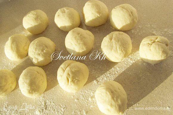 Подошедшее тесто разделить на ровные шарики по 50 г. Если любите маленькие пирожки, сделайте поменьше.