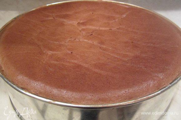 Когда бисквит полностью остудился, нужно его извлечь из формы.