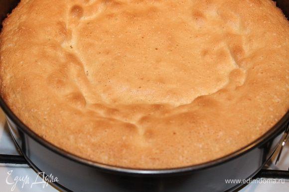 Выпекать в разогретой до 200 градусов духовке 15 минут. Охладить бисквит.