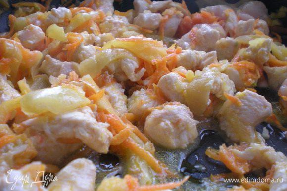 Обжариваем в растительном масле 3 минуты. Добавляем соль, перец черный (по вкусу), кубик куриного бульона, карри или хмели - сунели, пару зубчиков чеснока через давилку - все вместе тщательно перемешать готовить еще 5 минут помешивая.