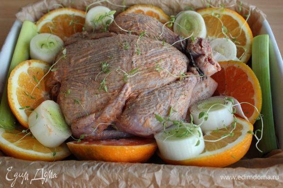 Сверху выложить цыпленка, смазать его сливочным маслом. Посыпать все крупной морской солью и листиками тимьяна.