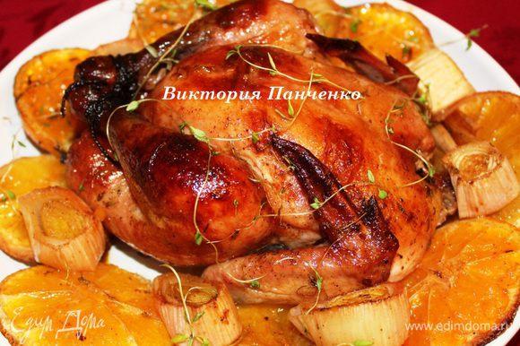 Поставить в разогретую до 230 градусов духовку на 15 минут. Затем убавить температуру до 170 и готовить еще 45-50 минут. Каждые 15 минут поливать цыпленка выделившимся соком. Готового цыпленка достать из духовки и оставить на 15 минут отдохнуть. (Ровно столько длилась фотосессия) А потом сразу подавать))))))))))))