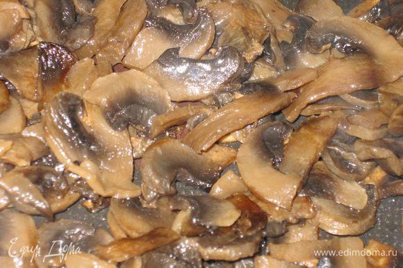 Занимаемся грибами! Безумно вкусно это блюдо с благородными грибами, но в этот раз у меня шампиньоны. Режем их тонкими слоями и обжариваем до готовности. Заготовки сделаны.