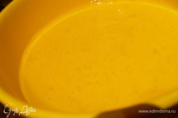 Яйца взбиваем с молоком. Солим, перчим по вкусу.