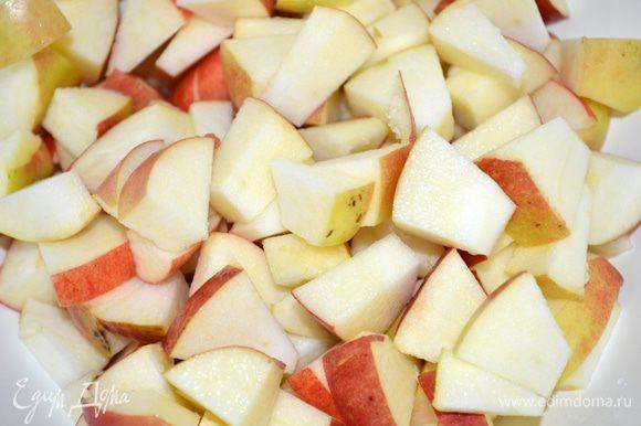 яблоки режем на кусочки
