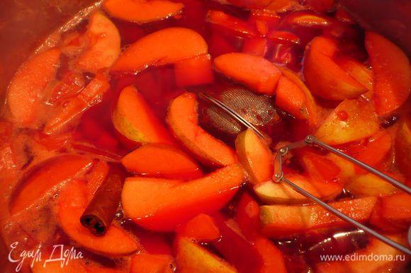 Через 20 минут (в зависимости от готовности овощей) выключаем. Вынимаем приправы. И подаем в чашках с долькой апельсина на краешке. Приятного пуншепития!