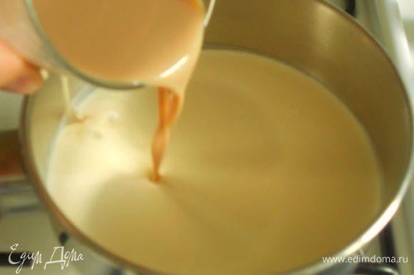 Шоколад поломать на кусочки и сложить в стеклянную миску. В небольшом сотейнике смешать сливки и крем-ликёр, поставить на маленький огонь. Нагревать,постоянно помешивая, до появления крошечных пузырьков по периметру сотейника, но не кипятить.