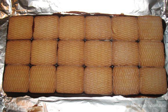 Печенье окунаем в молоко и выкладываем его на глазурь.