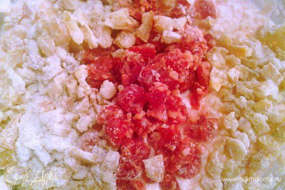 Отжать изюм от ликера, и вместе с цукатами обвалять в небольшом количестве муки. Добавить творог к масляной смеси, апельсиновый ликер, который остался после замачивания, хорошо все перемешать. Затем добавить изюм и цукаты.