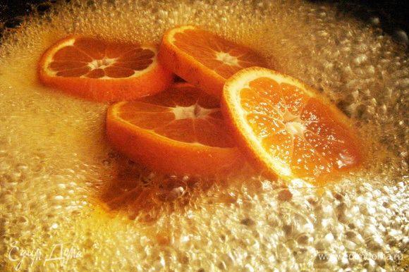 В сковороду влить воду и сахар и варить 5 минут. Затем влить отжатый мандариновый сок,ликёр и кружочки мандаринов в сироп и варить на медленном огне под крышкой 15-20 минут.