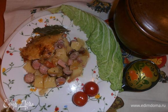 Кладём на тарелку порцию овощей,пропитанных колбасками и каждому кусочек сырной крышечки не забываем!
