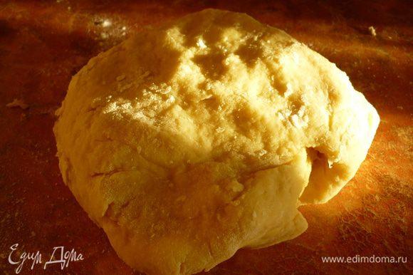 В полученную крошку вбить яйцо, влить молоко или сливки, вымесить тесто. Завернуть в плёнку и в холодильник на 20 минут.