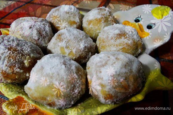 Готовое остывшее печенье обильно обвалять в сахарной пудре. Вкусно есть печенья полностью остывшими, в идеале на следующий день.