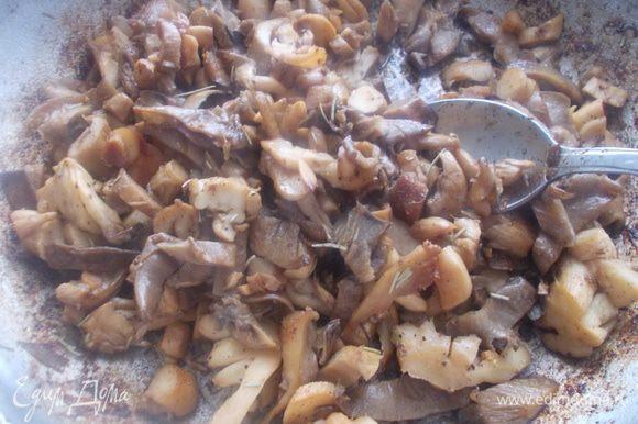 Мясо обжарить на сковороде до румяной корочки и протушить с луком. Помолоть на мясорубке. Грибы обжарить с чесноком на смеси оливкового и сливочного масла. Добавить специи и сливки и протушить пару минут.