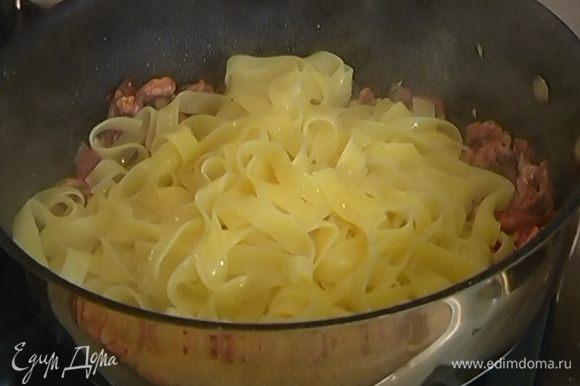 Выложить в сковороду макароны, перемешать и выключить огонь.