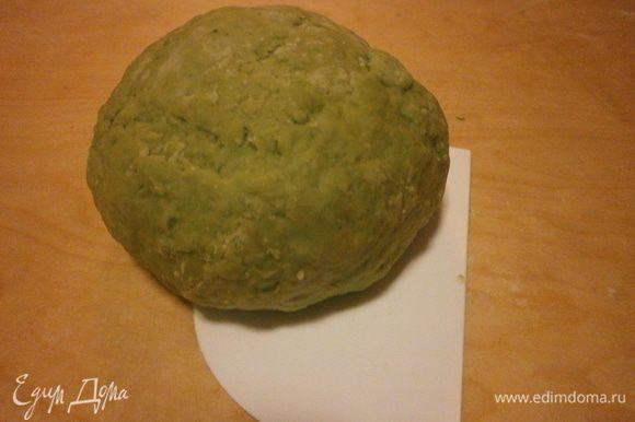 Завернуть тесто в плёнку и оставить отдыхать минимум на 30 минут.