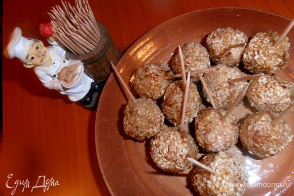 Даём стечь лишнему жиру на тарелке и втыкаем в каждый шарик зубочистку.