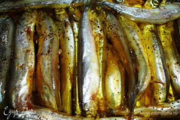 Выкладываем на противень в 1-2 слоя. (Не забываем под рыбу положить лавровый лист). Затем добавляем чайную заварку - льем аккуратно, чтобы не смыть специи с уложенной рыбы. Теперь настала очередь масла. Его надо столько, чтобы слегка (!!!) покрывало рыбу.