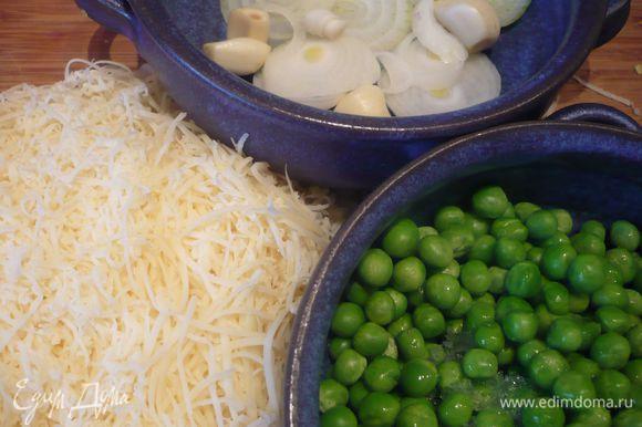 Горошек разморозим. Сыр натрем на средней терке. Лук обжарим на подсолнечном масле и добавим к картофелю, посолим и поперчим его по вкусу. Форму смажем сливочным маслом.