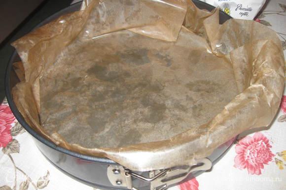 Муку, масло, соль, вино и яйцо вымесить, завернуть в пленку и положить в холодильник на полчаса. Форму предварительно смазать маслом и выложить пергаментной бумагой.Раскатать тесто толщиной 4мм и поместить его в форму, сделав бортики высотой 2 см. Наколоть вилкой тесто в нескольких местах.