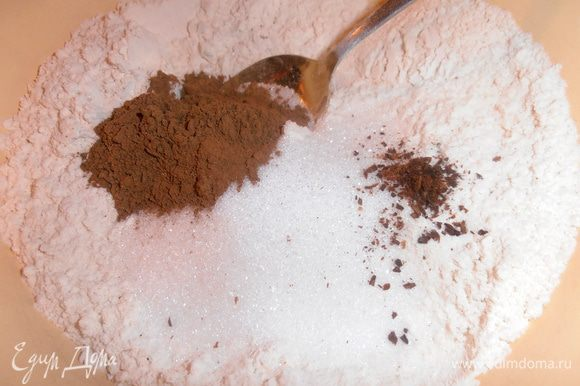 Добавить к муке гвоздику, корицу и соду (или разрыхлитель), перемешать.