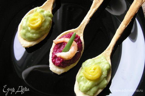 """На каждую ложку положить начинку, соленую можно украсить отварной креветкой и зеленью, а сладкую - """"розочкой"""" из манго или кусочком любого фрукта."""